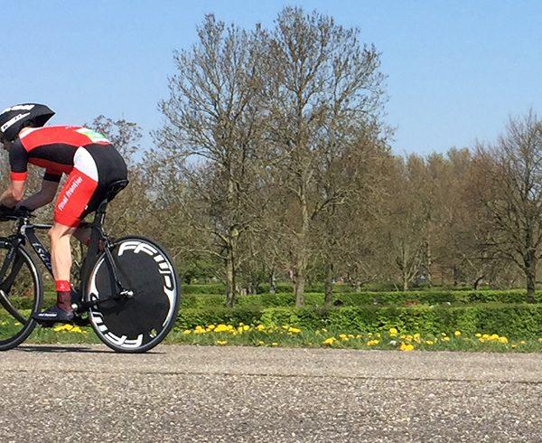 Marcel Peschier (45) tijdens zijn race op de Gooimeerdijk-Oost | Foto: Esther de Haas